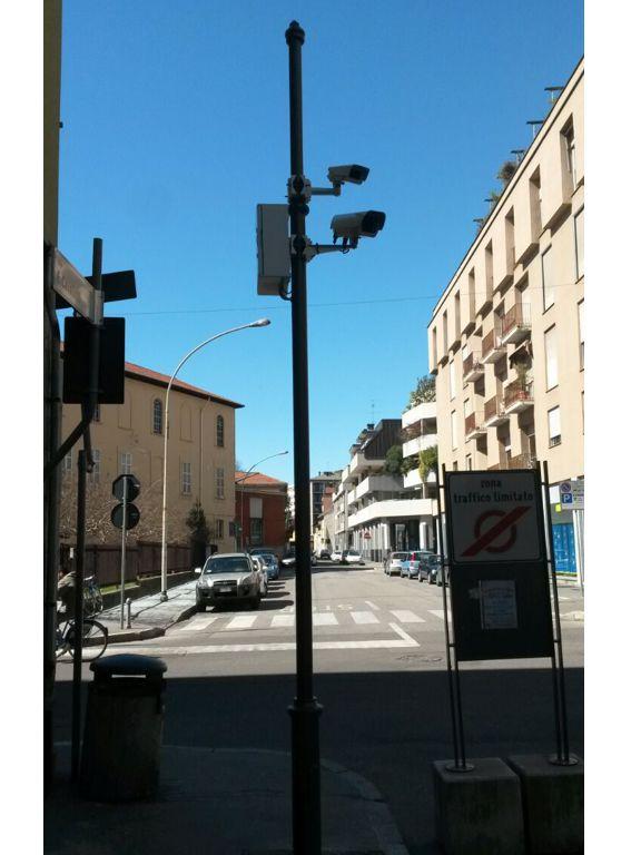 Palo video sorveglianza due telecamere piazza