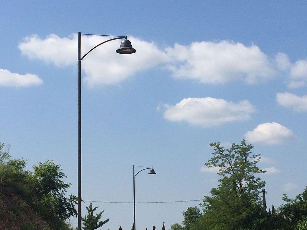Palo moderno in acciaio tipo INNER con braccio IN515 da un metro e lampara 628.led