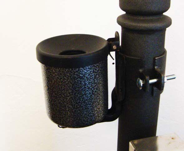Posacenere a palo in acciaio con meccanismo ribaltabile per lo svuotamento